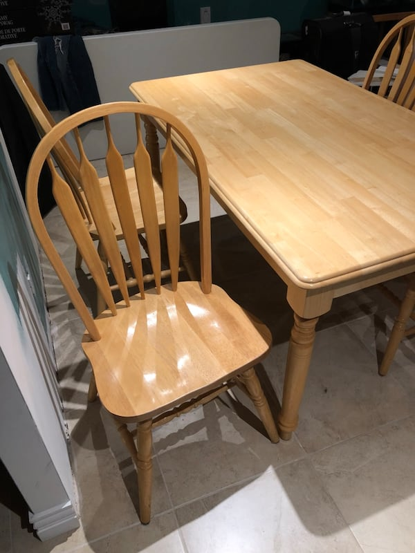 Beautiful wooden dining table with 4 seats 98771d2a-e656-49dc-9805-9d1aec9532db