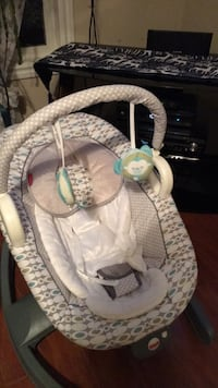 baby's gray and white bouncer 3158 km