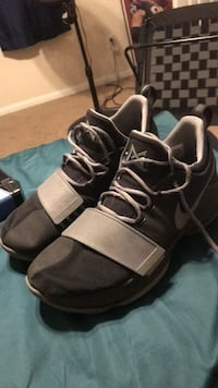 pair of black-and-white Nike basketball shoes Cypress, 77433