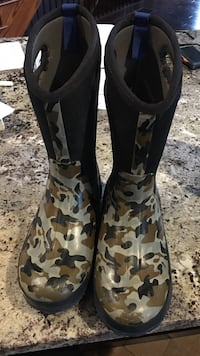 Black-and-brown camouflage bog boots 9/10 condition  Centre Wellington, N0B