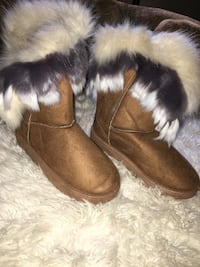 pair of brown fur boots Fort Worth, 76135