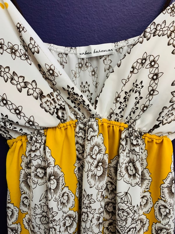 Goegous Size small yellow/white flowy top  96ccb5f7-e59f-4506-8960-8cb79e66abac