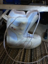 unpaired white and blue snowboard boot London, N5X 2V2