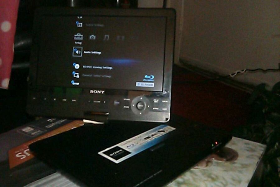 Sony portable DVD player 06579a98-a66d-4c95-9d63-8dc055b186e6