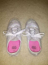 pair of gray-and-pink low top sneakers 832 mi