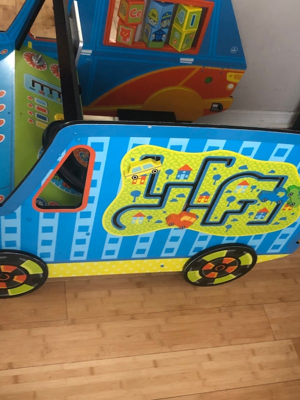 Kid Kraft activity car f5b65237-d27d-4dda-8472-07bf3d91323e