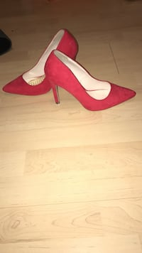 pair of red suede pointed-toe pump shoes Cambridge, N3H 3W6