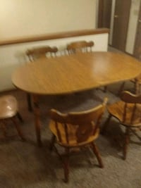 Solid oak dining room table seats 6 excellent condition Council Bluffs, 51501