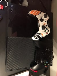 Xbox one with 2 controllers Pointe-Claire, H9R 3J3
