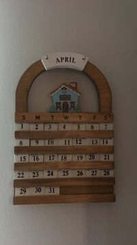 brown wooden April calendar 5 mi