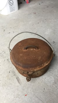 Round metal pot with cover Innisfil, L0L 1W0