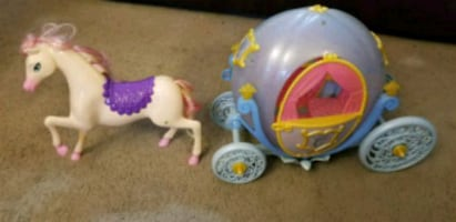 Barbie horse and 2 carriages
