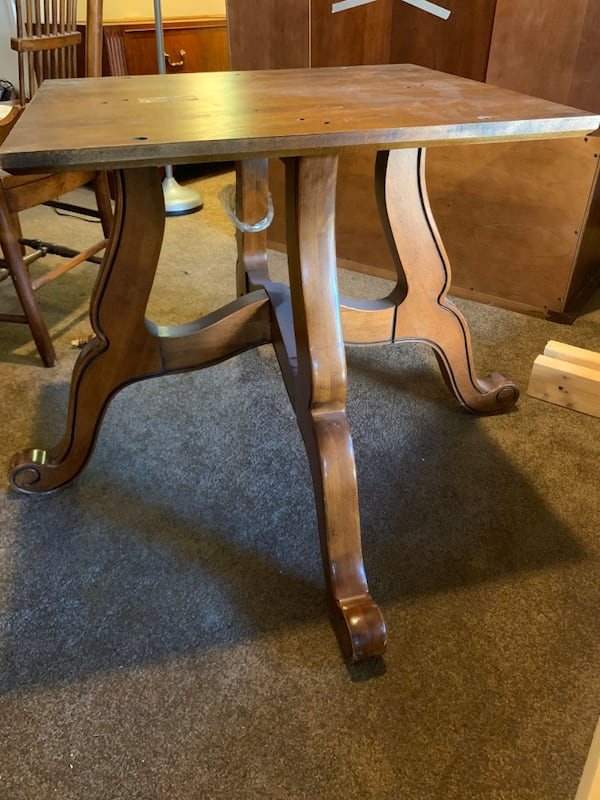 Ethan Allen Dining Table and four chairs ad4684cb-c31b-49cf-8503-bc8deaa31951