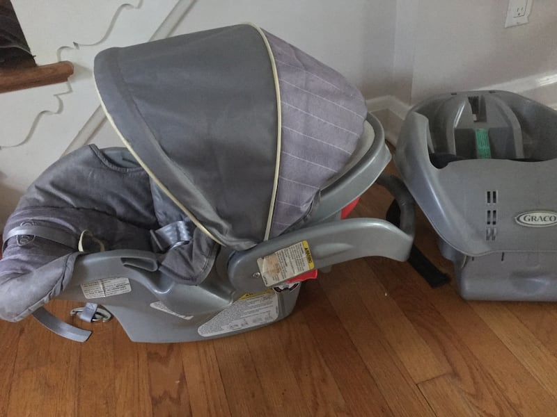 Gray Graco Infant Car seat & Base 269ebb82-06ea-473c-9094-512b1d5540b7