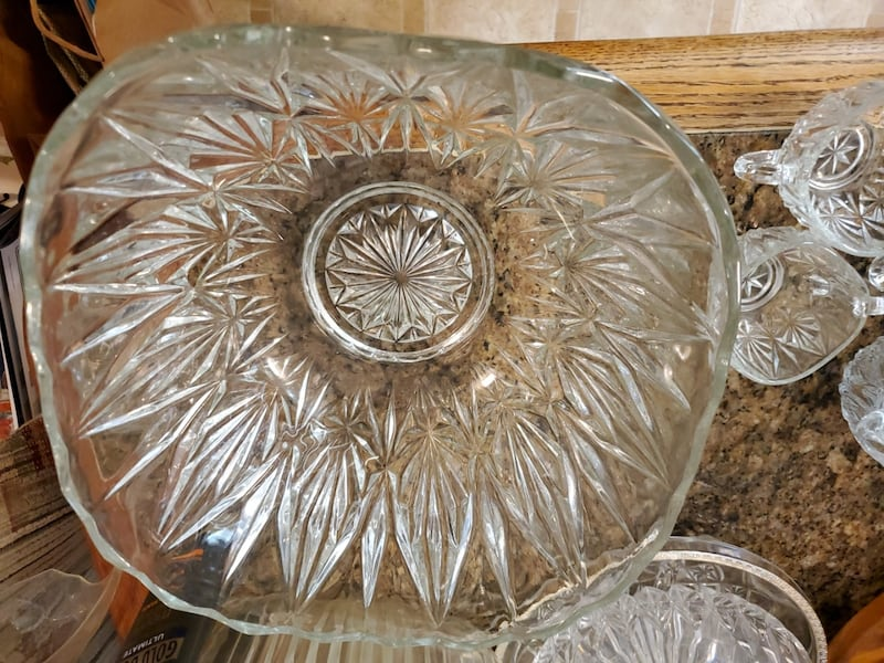 Punch bowl & cups 950fb9af-b48b-4e9e-b0d7-0d814020308c