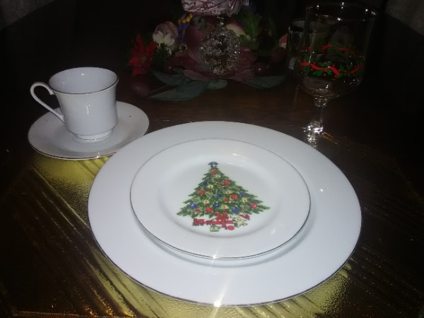 5 piece place settings. Gobbler, plate saucer, cup andsauce 4df86e49-20fc-4831-96f6-3c8959ee8326