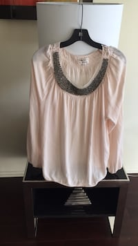 Creamy color top with sequins around the neck line size Xl Los Angeles, 91403