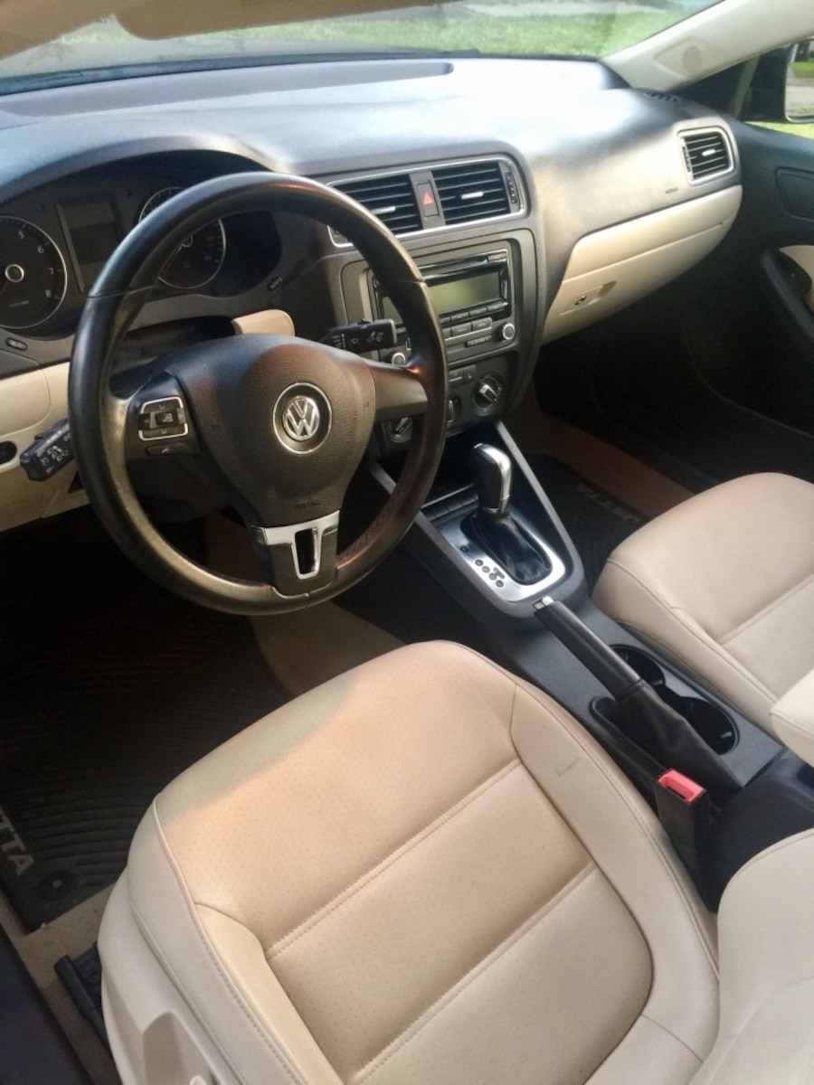 low mileage black 2012 vw jetta se 2 5l sedan in new orleans letgo. Black Bedroom Furniture Sets. Home Design Ideas