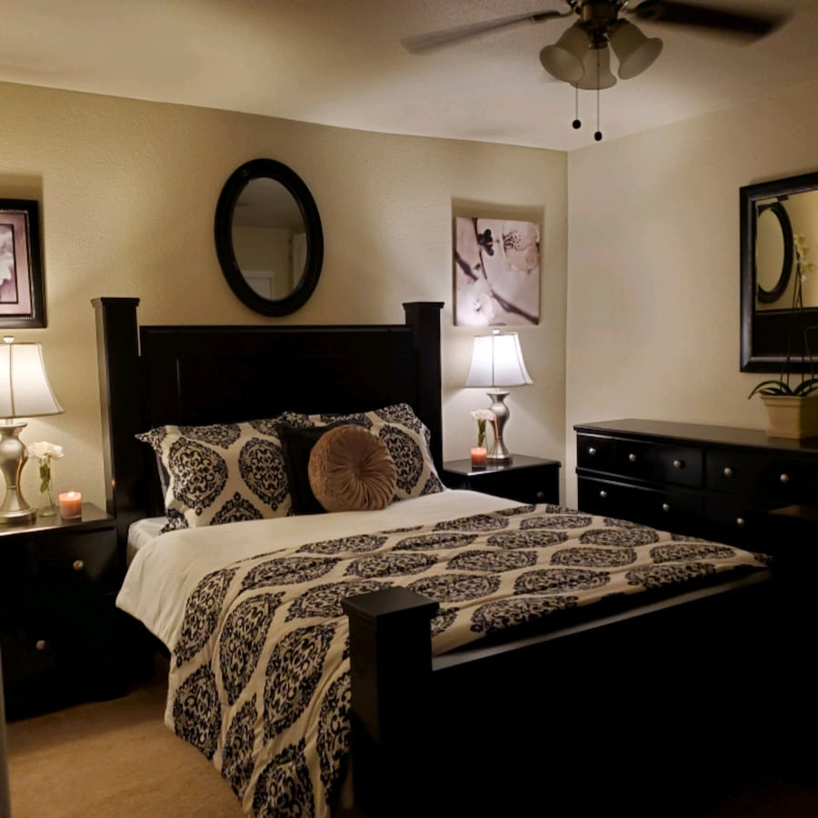 GORGEOUS QUEEN SIZE  BEDROOM SET WITH DRESSER AND TWO NIGHT STANDS 25f2ade7-c8a3-42b4-b6be-3b11e05e56e7