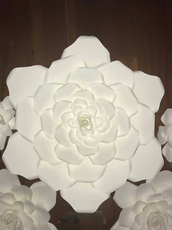Paper flowers white colour.   48a49bed-14a8-4ef4-be64-580c050f319c
