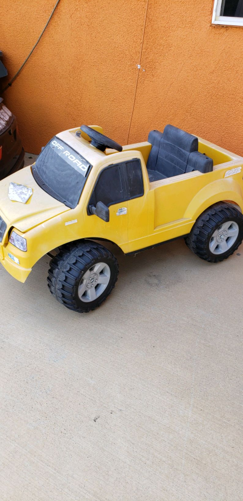 Photo Power wheels Ford truck with battery and charger