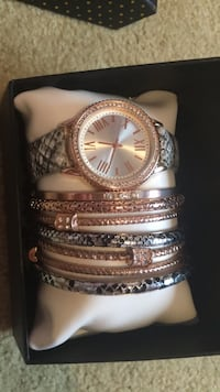 round gold-colored analog watch with link bracelet Cambridge, N1T 1P7