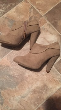 Tan suede close-toe heeled booties Vernon, V1T