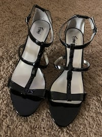 Pair of black-and-gray open toe sandals Oxon Hill, 20745
