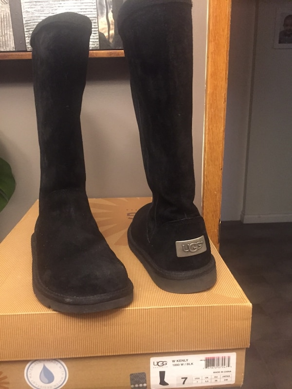 Barely worn size 7 woman Kenly Black uggs