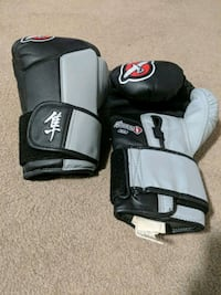 pair of black-and-grey boxing gloves 3164 km