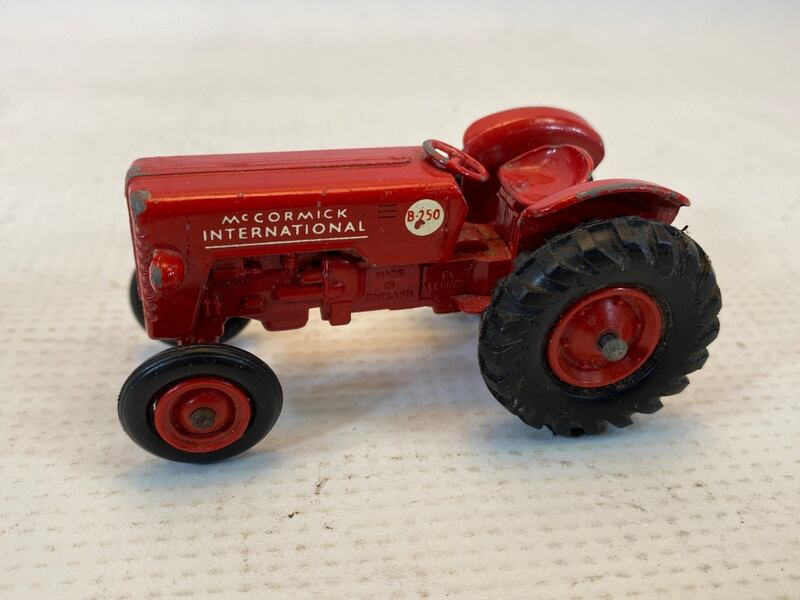 Matchbox King Size McCormick International Tractor 4 Whitlock Trailer 997828e2-02ac-4ae7-a1d2-45cfc39e9633