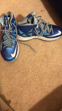 Blue-and-white nike basketball shoes size 7 boys Bowie, 20720