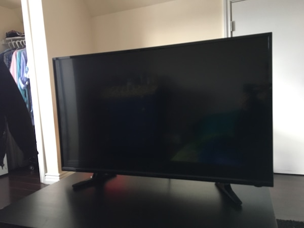 "Insignia 32"" 720p LED TV (NS-32D220NA18) 4"