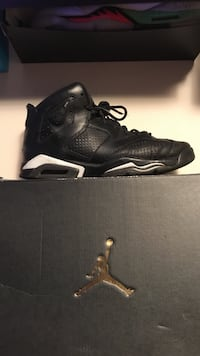 Unpaired white and black air jordan 6 with box