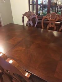 Gorgeous table and chairs.