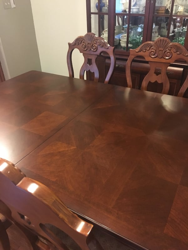 Gorgeous table and chairs. 28730206-7ca4-4e98-bd73-4ce28ee7f0de