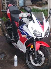 Must sell 2015 cbr 300r *LOW MILES*