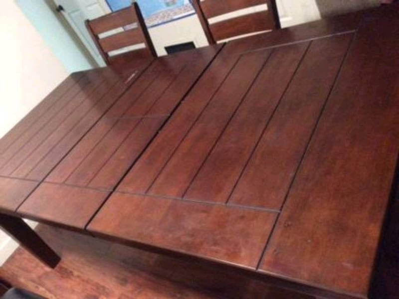 Dining table and chairs add1d762-a866-4290-aa27-80b76ae78739