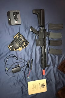 Airsoft gun/reflex sight/gloves/battery and charger/4 extra magazines