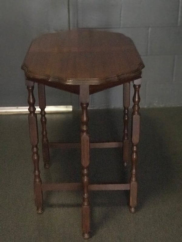 Antique end table 165bb7e4-7bad-4f5f-a123-966ca21aefcf