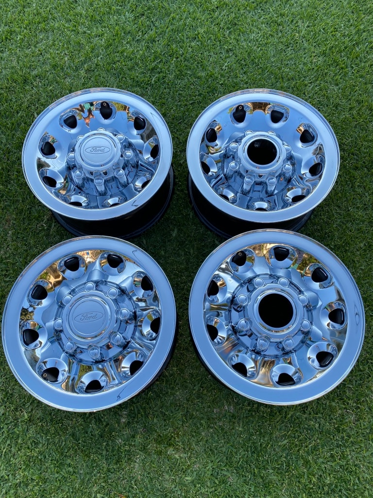 Photo 2002 Ford Diesel 4x4 16 8 lug rims with hubcabs. Heavy Duty