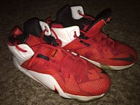 pair of red-and-white Nike basketball shoes Parma, 44134