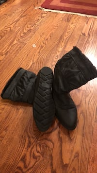 Ankle Boots with fur lining.   Never worn.    Size 7. Bristow, 20136