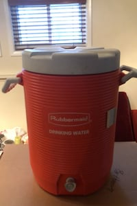 Rubbermaid Drinking Water insulated cooler with lid Fort Washington, 20744