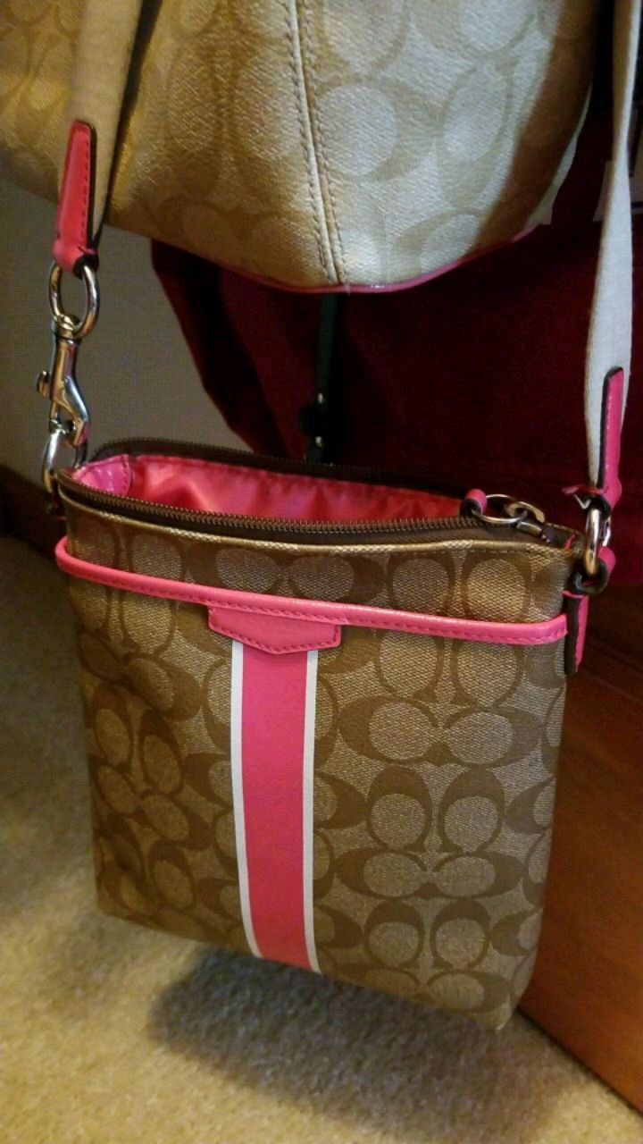 Photo Women's brown and pink Coach purse