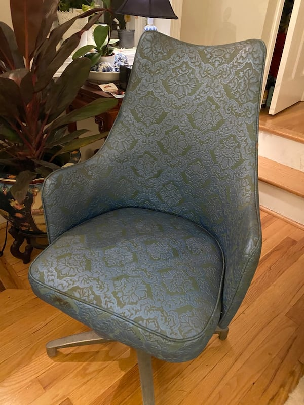 Amazing set of 4 MCM dining chairs f8426fba-6ad2-4062-a5be-90a9248c5512