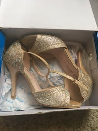 Gold heels size 6 Poway, 92064