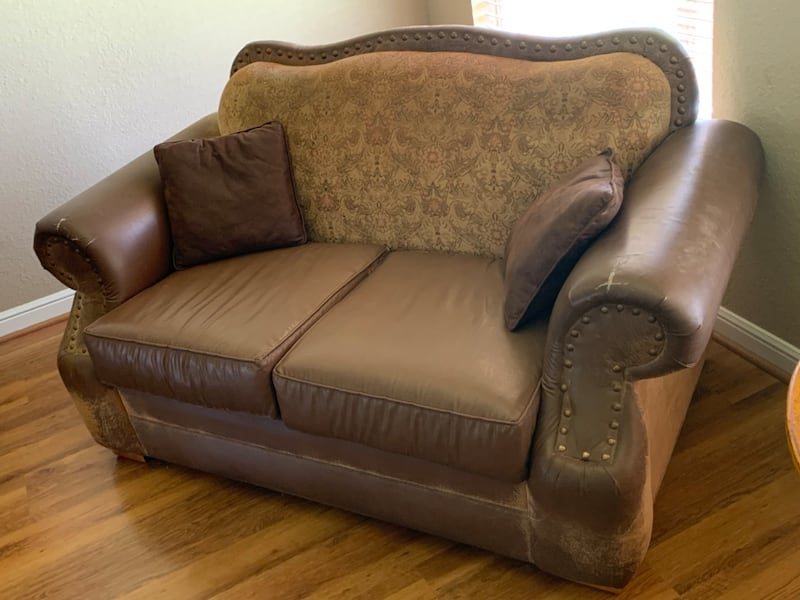 Leather couch 141212f1-3aa8-4a18-bcd6-3e570528c247