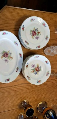 white-and-pink floral ceramic plates 538 km