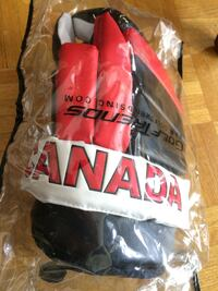 Golf glove Canada (golf trends) with thumb protection.